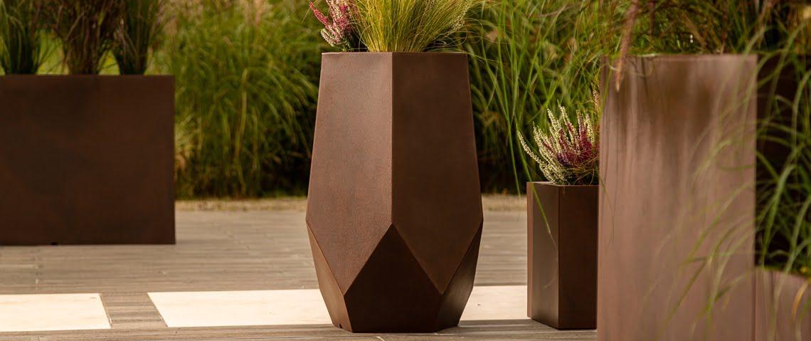 geometryczna wysoka donica ogrodowa na taras